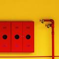 casier industriels jaune et rouge